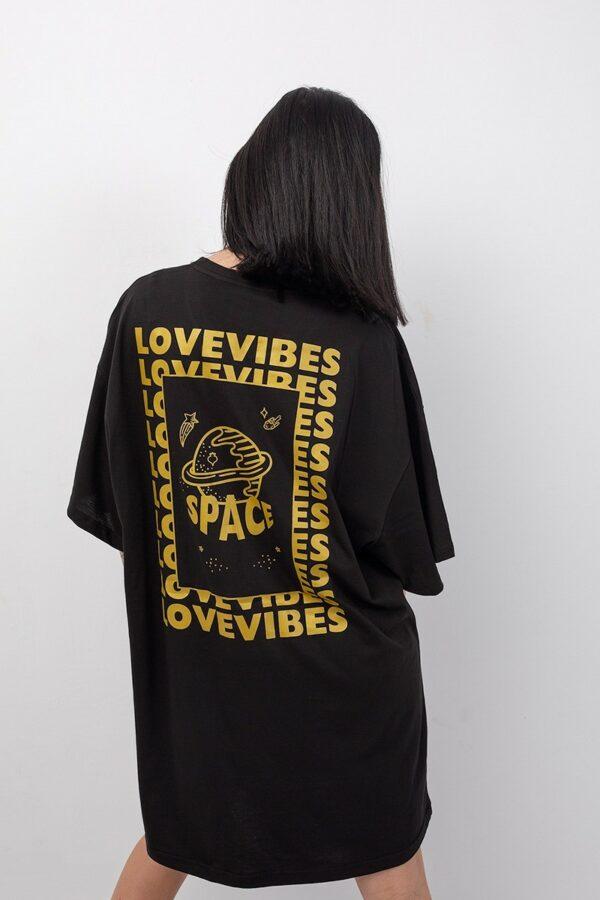 Μαύρο κοντομάνικο φόρεμα onesize με χρυσή στάμπα space στην πλάτη