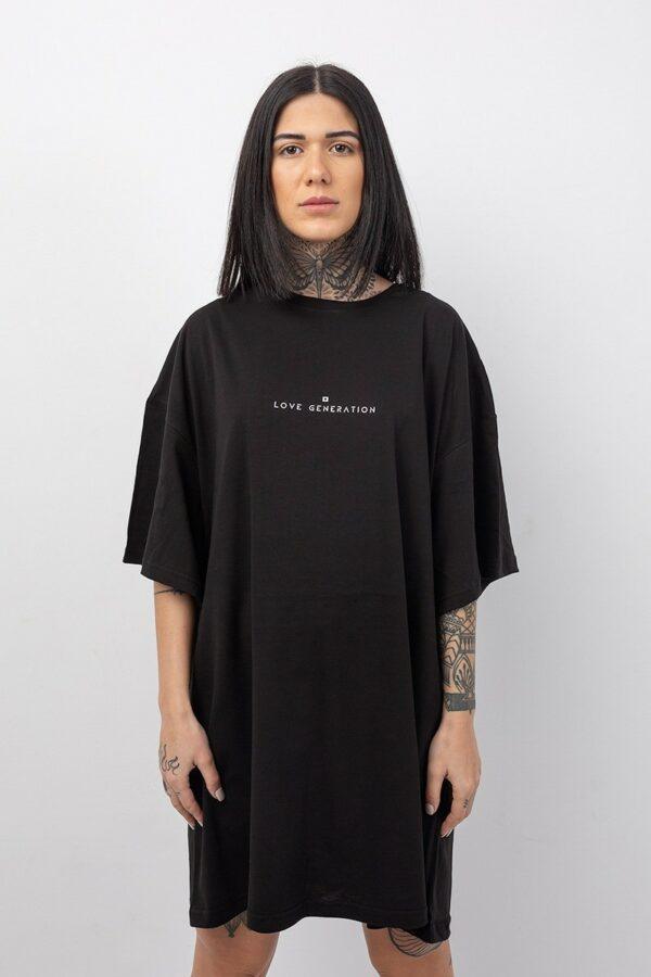 Κοντομάνικο φόρεμα onesize σε μαύρο χρώμα με στάμπα την επωνυμία της Love Generation