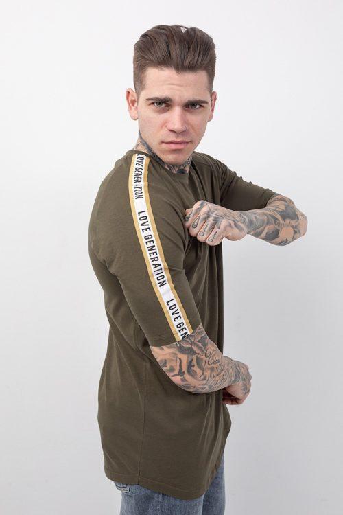 Ανδρική μπλούζα κοντομάνικη σε χρώμα χακί με τρέσα λευκή στα μανίκια και χρυσές ρίγες και στάμπα λευκή με το λογότυπο της εταιρείας στο ύψος του στήθους στην αριστερή μεριά TF008
