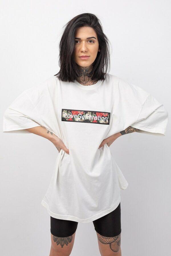 Oversized t-shirt boyfriend με κοντό μανίκι σε λευκό χρώμα με στάμπα τριαντάφυλλα και την επωνυμία της Love Generation