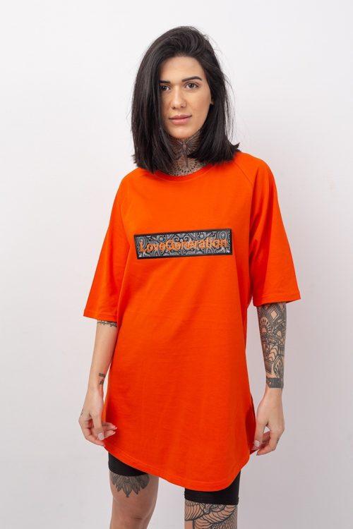 Κοντομάνικη μπλούζα boyfriendσε πορτοκαλί χρώμα με στάμπα την επωνυμία της Love Generation