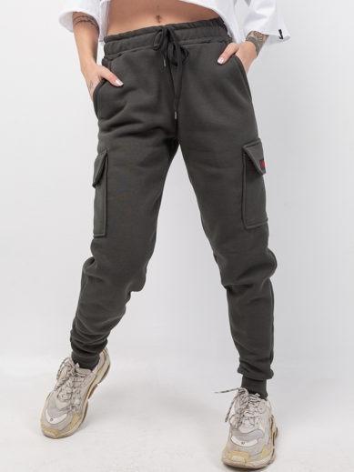 Boyfriend αθλητική φόρμα σε χρώμα χακί με στάμπα στην αριστερή εξωτερική τσέπη με την επωνυμία της Love Generation F126
