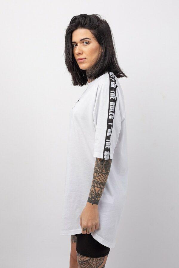 Boyfriend κοντομάνικη μπλούζα σε χρώμα λευκό με τρέσα δυο χρωμάτων στα μανίκια
