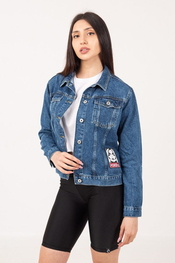 Γυναικείο jean jacket σε μπλε χρώμα με στάμπα την φιγούρα γυναίκας
