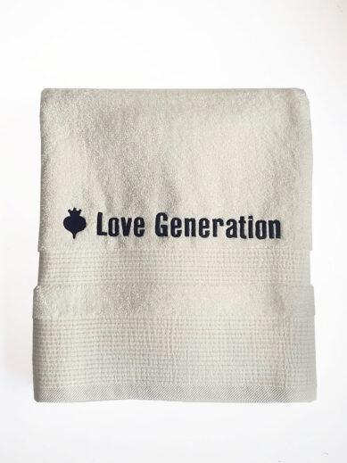 Βαμβακερή πετσέτα θαλάσσης μονόχρωμη εκρού με την επωνυμία της Love Generation σε μαύρο χρώμα