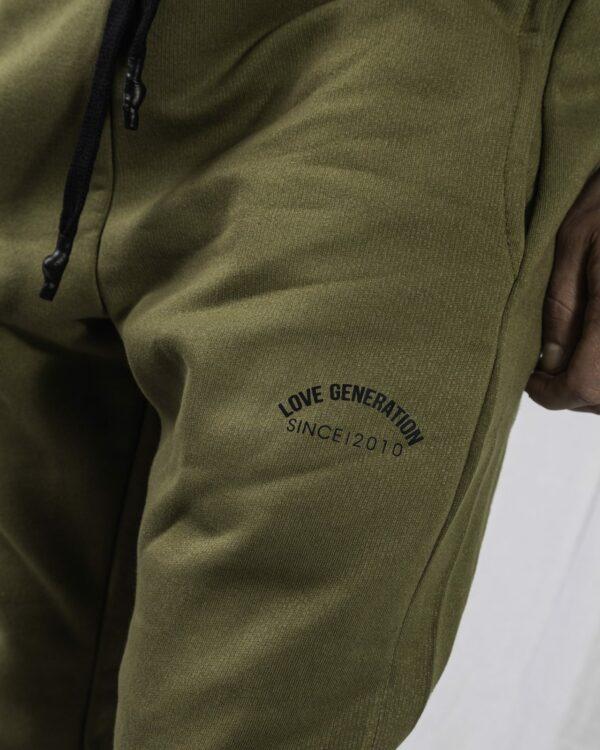 Ανδρική αθλητική φόρμα σε χακί χρώμα με στάμπα Love Generation
