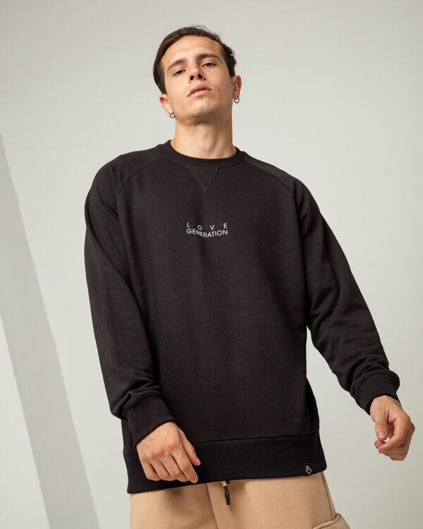 Ανδρικό μαύρο φούτερ μακρυμάνικο με στάμπα στο ύψος του στήθους με την επωνυμία της Love Generation