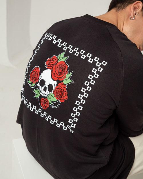 Ανδρικό φούτερ σε μαύο χρώμα με στάμπα νεκροκεφαλή