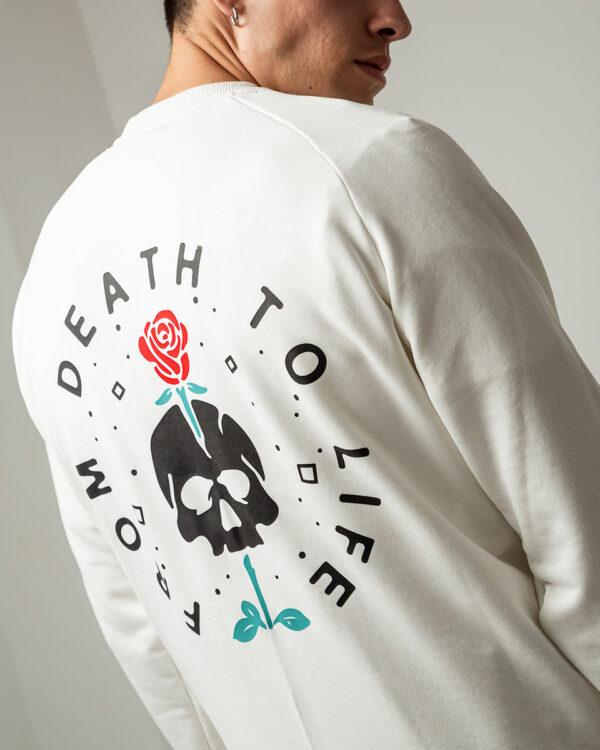 Ανδρικό λευκό φούτερ με μακρύ μανίκι και στάμπα νεκροκεφαλή με τριαντάφυλλο